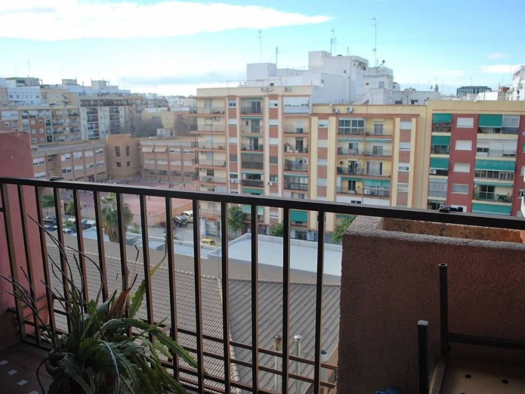 foto  Piso de cuatro habitaciones Calle HUMANISTA FURIO, València